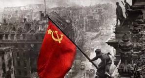 alzando-una-bandera-sobre-el-reichstag-de-yevgueni-jaldc3a9i-color