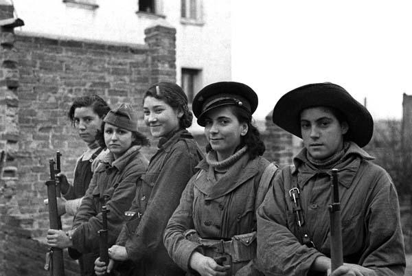 GUERRA CIVIL ESPAÑOLA: ZONA REPUBLICANA.-Madrid.- Milicianas en el frente de Madrid, sector de la Casa de Campo y carretera de Extremadura.- (Sin fecha, aproximadamente, otoño 1936)